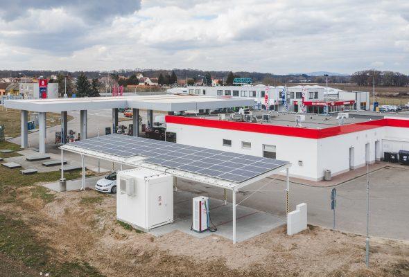 Náš projekt Dobíjecí stanice v Břeclavi s fotovoltaickou elektrárnou a bateriovým úložištěm získal ocenění