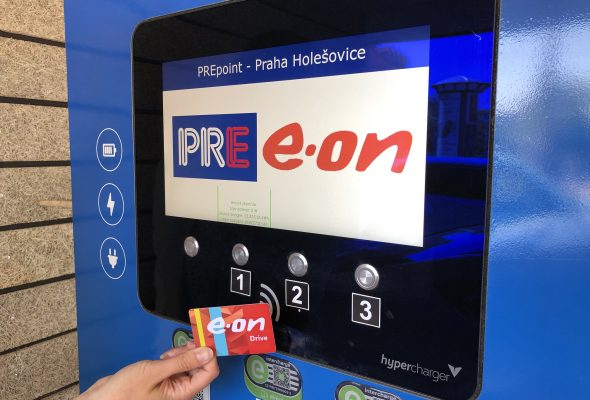 V síti E.ON a PRE elektromobilisté nově dobíjí už jen s jedním čipem
